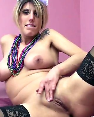 Busty wife Lavender Rayne fucks her twat with a bottle