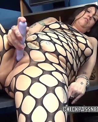 tatted cougar Lexxi Meyers is plowing her plump pussy