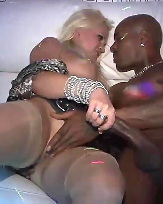 Kinky threesome session with gorgeous sex bombs