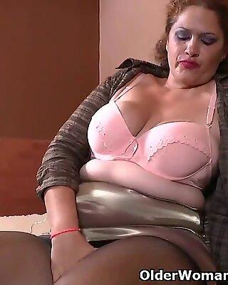 Latina milf Sandra needs relaxing after a rigid day's work