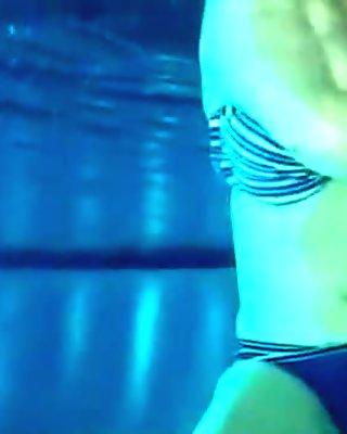 Chrissi im Pool