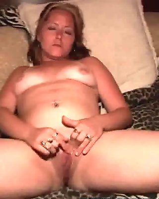 Sexy mature blonde babe playing wit hher shaved pussy