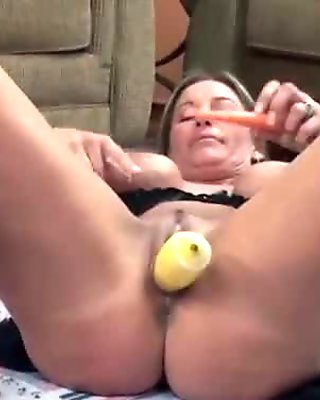 Breasty housewife Leeanna Heart bonks her snatch with squash
